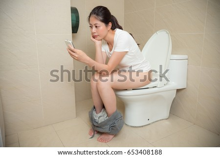 photos of girls using the bathroom № 19748