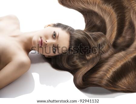 vẻ đẹp close-up chân dung khuôn mặt nữ xinh đẹp với đen dài vẫy lông đặt xuống trên trắng.  cô là ở phía trước của máy ảnh, trông vào ống kính với Happy biểu