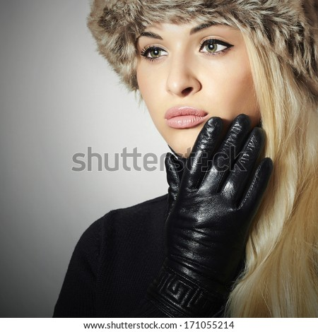 Beauty Fashion blond Girl in Fur. Beautiful Blond Woman in Leather Gloves. Black Sweater. Winter Fashion