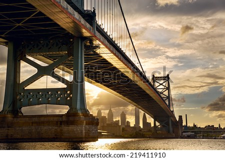Franklin bridge above philadelphia skyline at sunset us stock photo