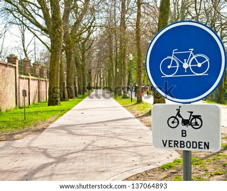 Bicycle sign with bicycle path in Beautiful Park