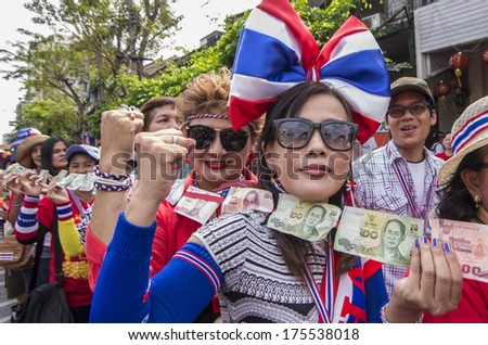 BKK - FEB 1, 2014: Anti-government protesters  in Bangkok's Chinatown prepare money for donate to Suthep Thaugsuban, the PDRC�s Secretary-General.