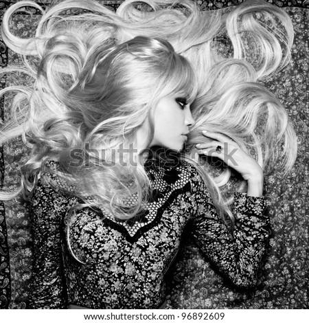 bức ảnh đen trắng của người phụ nữ xinh đẹp với mái tóc tuyệt đẹp