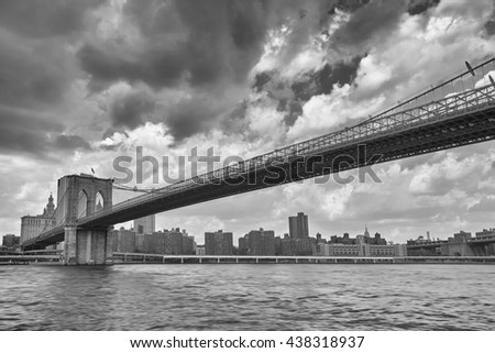 Black and white photo of the Brooklyn Bridge and New York skyline.