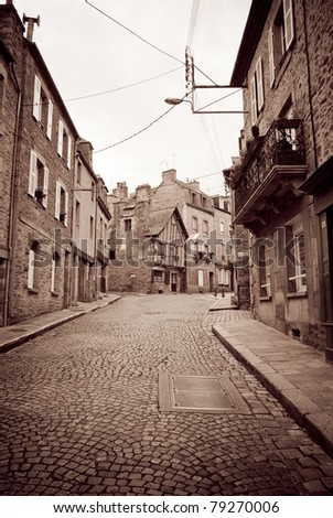 Black and white picture of an old cobbled French street