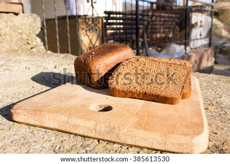 Black bread cut into pieces on a wooden plate