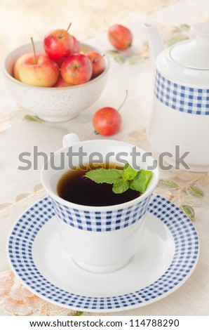 black tea with mint and apples