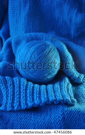 blue clew  is on blue knitted linen