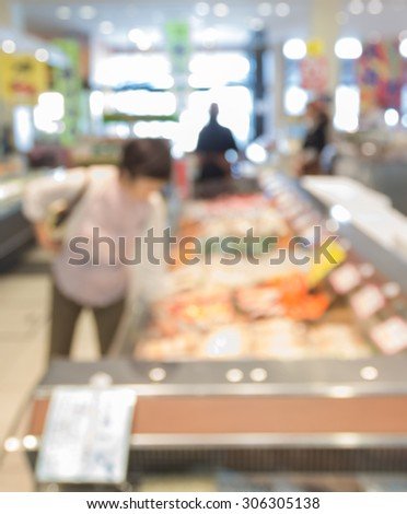 blur customer shopping and sale person in supermarket with bokeh