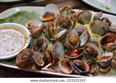 Boiled cockles or scallop with seafood sauce