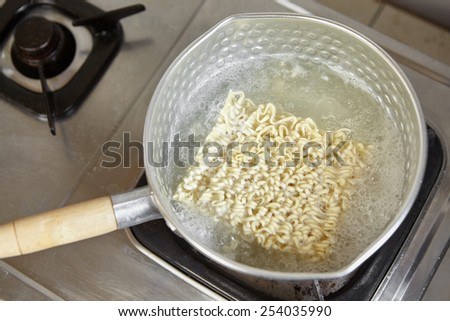 Boiling the instant noodle on the pan