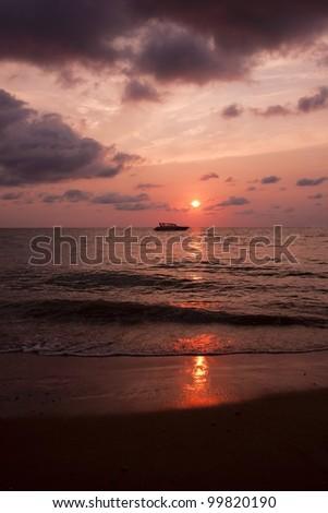 Boot am Meer bei Sonnenuntergang - stock photo