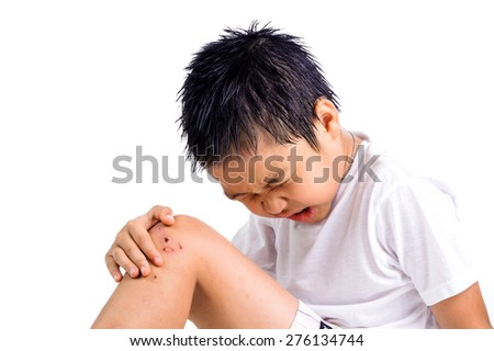 Boy feel pain from a dry wound on his knee