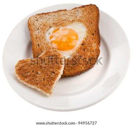 bánh mì bánh mì nướng cắt trong hình dạng của trái tim với trứng Isolated trên nền trắng