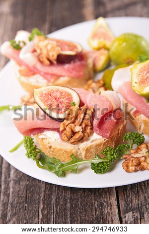 bread with cheese, prosciutto and fig