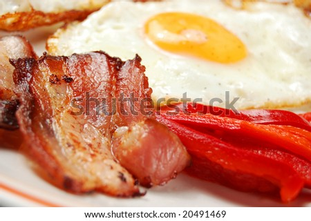 Breakfast - egg, bacon and vegetables (shallow DOF)