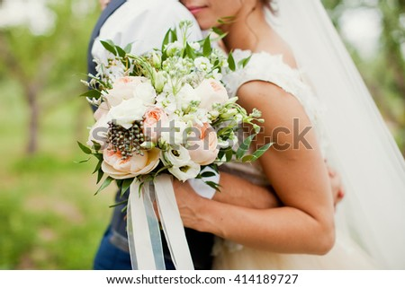bride and groom with  bouquet of roses, berries and eustoma