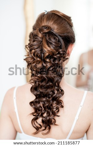 bride's hairstyle to curls view from behind