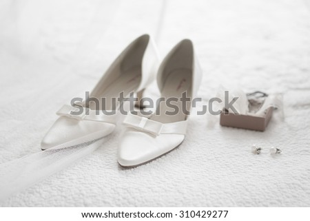 Bride shoes, wedding rings and details