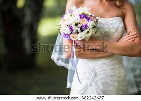 bride with veil holding Wedding bouquets on wedding day