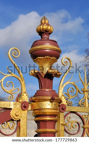 British Victorian period cast iron finial and wrought iron gilded railings, c1875.