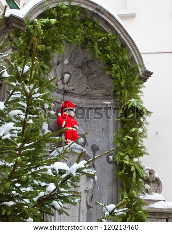 BRUSSELS - DEC 21 : Famous statue of Manneken Pis in Brussels, Belgium wearing Santa Claus clothing for Christmas on  December 21, 2009 in Brussels.