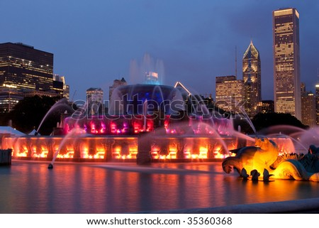buckingham fountain chicago at night skyline