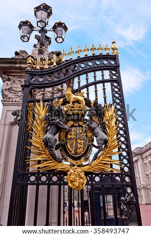 Buckingham Palace Iron Gate, Gold coat of Arms, Lion and Unicorn, Lamppost, London England