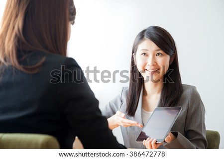 Business Woman of the presentation, tablet