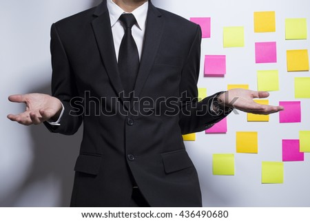 Businessman show a notepaper