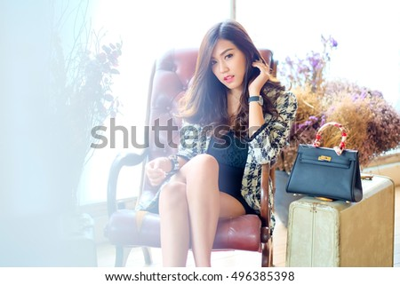 Businessmen, executives, I was sitting with a woman holding a bag.,Lighting with sun flare