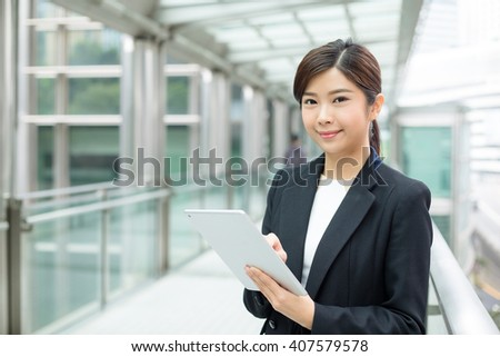 Businesswoman use of tablet pc