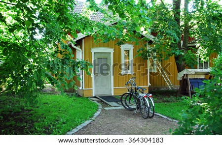 Cabin with bikes in front