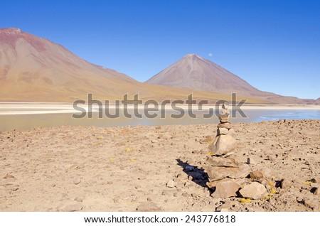 Cairn (Quechuan shrine to the indigenous Inca goddess Pachamama), Laguna Verde and Licancabur volcano, Eduardo Avaroa Andean Fauna National Reserve, Sur Lipez, Bolivia - stock photo