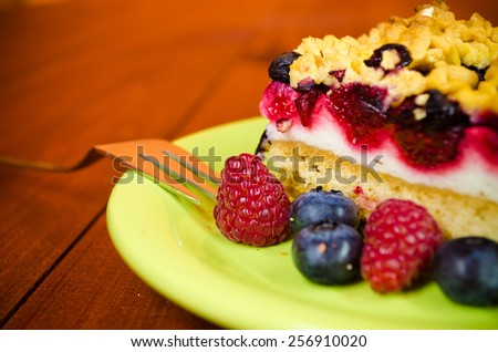 Cake with blueberry and raspberry