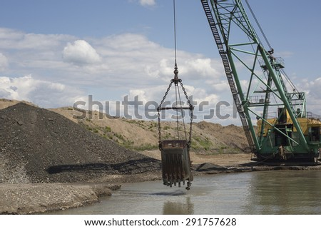 Career dredge on extraction of gravel