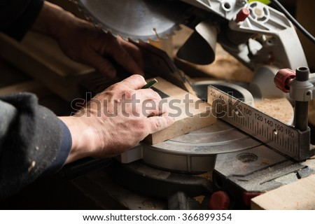 Carpenter working on a machine with a circulation saw