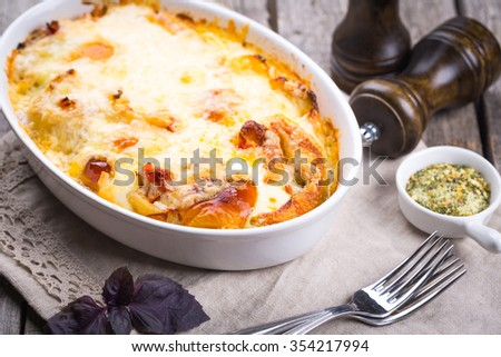 Casserole with chi?ken, pasta and cheese.