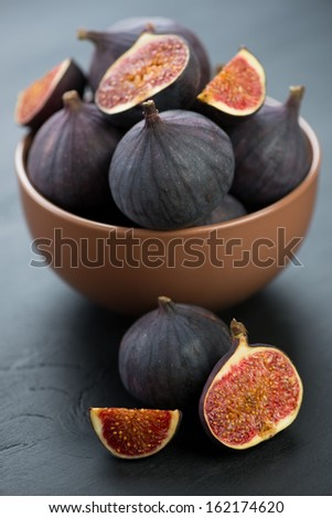 Ceramic bowl with ripe figs, vertical shot, close-up