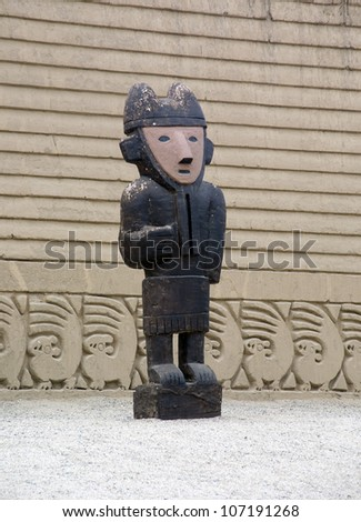Chan Chan - Totems  (Peru). Chan Chan was constructed by the Chimor (the kingdom of the Chimor) and is the pre dates the Incas. Also known as City of mud. - stock photo