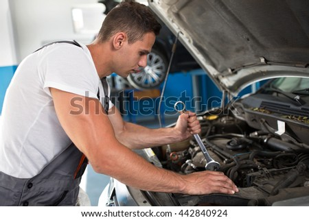 Checking the engine in a workshop