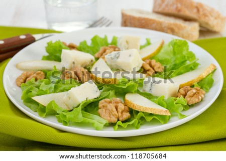 cheese gorgonzola with pear and walnut