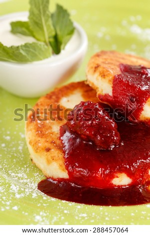 Cheese pancakes with sour cream and jam