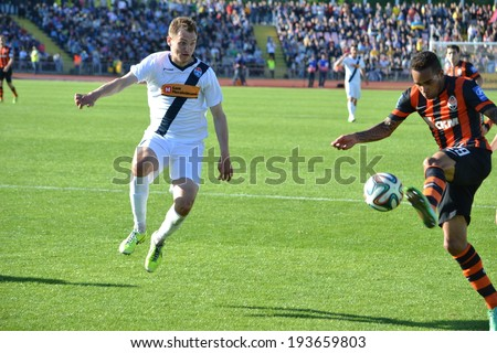 CHERKASSY, UKRAINE - MAY 7: Alex Teixeira (R) in action during the semifinal match of the Cup of Ukraine on football between FC Slavutich - FC Shakhtar Donetsk, 7 May 2014, Cherkassy, Ukraine