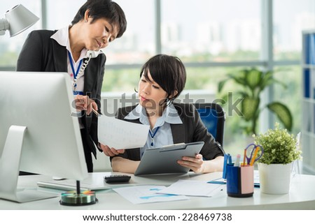 Chief giving instruction to her worker - stock photo
