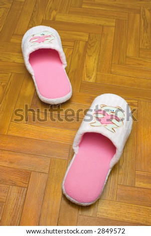 Childlike slippers on parquet, bear with heart (one step)