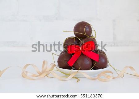 quả bóng sôcôla chồng - Kẹo ngọt chồng - trên màu trắng được trang trí với các chi tiết vàng và đỏ.  Ngày Valentine khái niệm này.