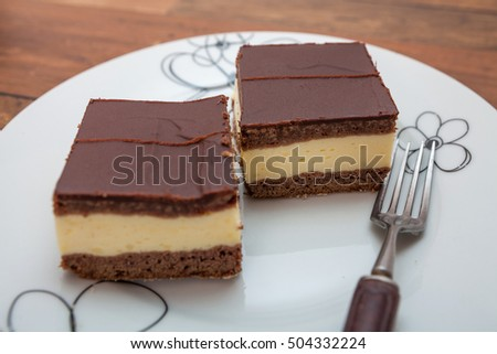 Chocolate cake filled with vanilla pudding