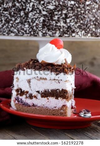 Торт со взбитыми сливками и вишней