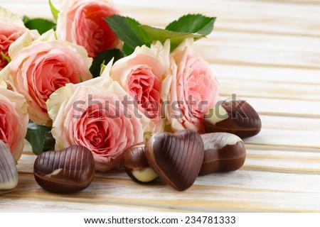 trái tim kẹo sô cô la và hoa hồng cho ngày lễ ngày Valentine